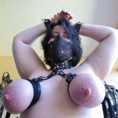Femme soumise seule adepte de bondage