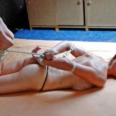 Couple BDSM aimant le bondage