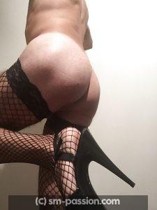 Travesti aimant le nylon et les talons hauts